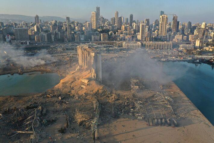 Imagem feita por drone mostra a local da explosão no porto de Beirute, no Líbano, nesta quarta-feira (5)