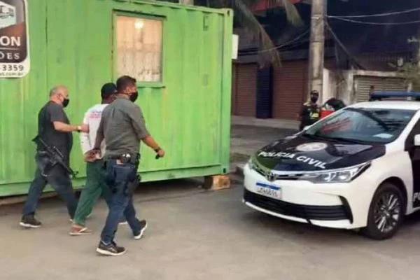 Momento em que o homem foi preso em flagrante por estuprar a menina de 7 anos, neta da esposa, na quarta-feira (19/08), no Rio de Janeiro.