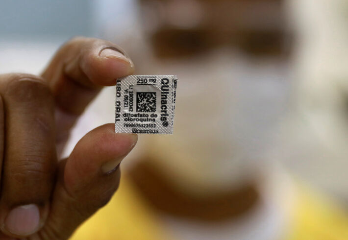 Profissional de saúde com comprimido de cloroquina em hospital de Porto Alegre