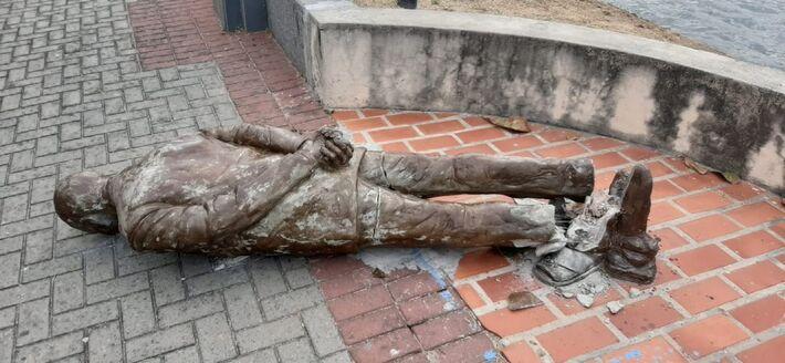 Estátua em homenagem ao escritor Ariano Suassuna, localizada no Recife, apareceu quebrada nesta segunda-feira (21)