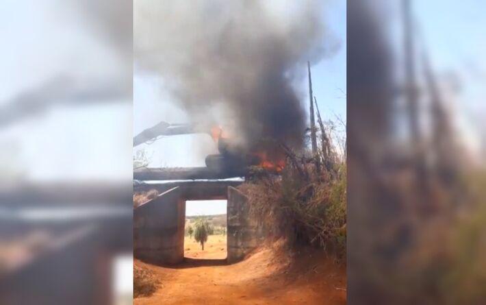 Retroescavadeira pega fogo enquanto era transportada por locomotiva