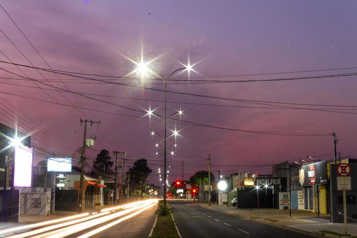 Céu entre nuves nesta manhã, por volta das 5h25, na Avenida Júlio de Castilho em Campo Grande