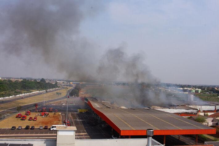 Intensa fumaça ainda sai da estrutura do supermercado nesta manhã de 2ª-feira (14.set.2020)