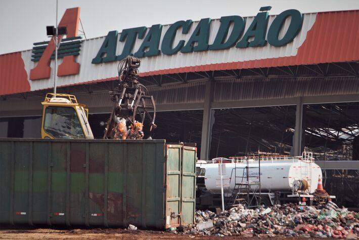 Nesta manhã de 3ª-feira (15.set) máquina recolhe destroços do fogo