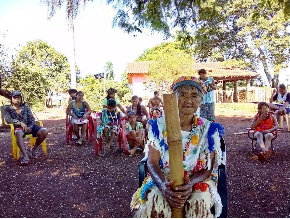 São cerca de 38 famílias que vivem em Laranjeira Nhanderu, contando com uma grande quantidade de idosos e crianças