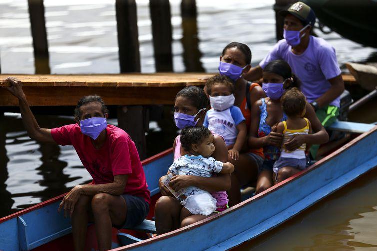 Ribeirinhos do Marajó cortam os rios para receber cestas básicas
