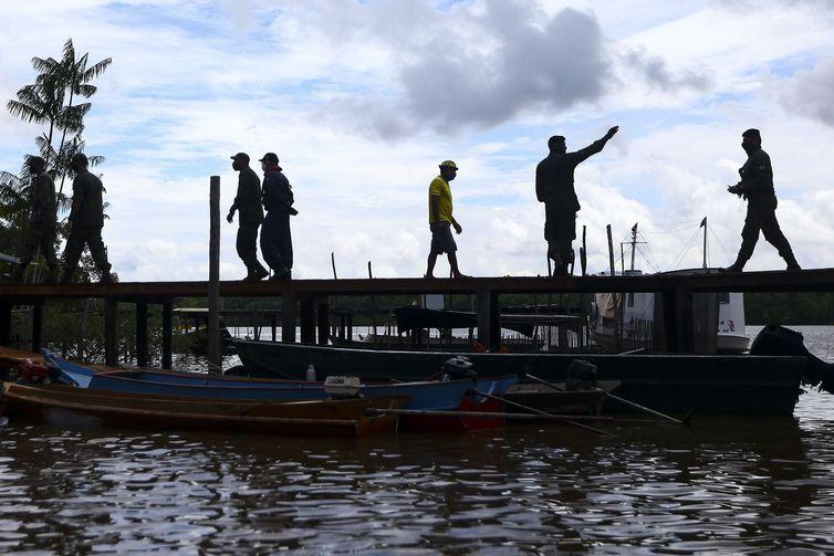 Moradores da comunidade São Sebastião, na Ilha do Marajó (PA)