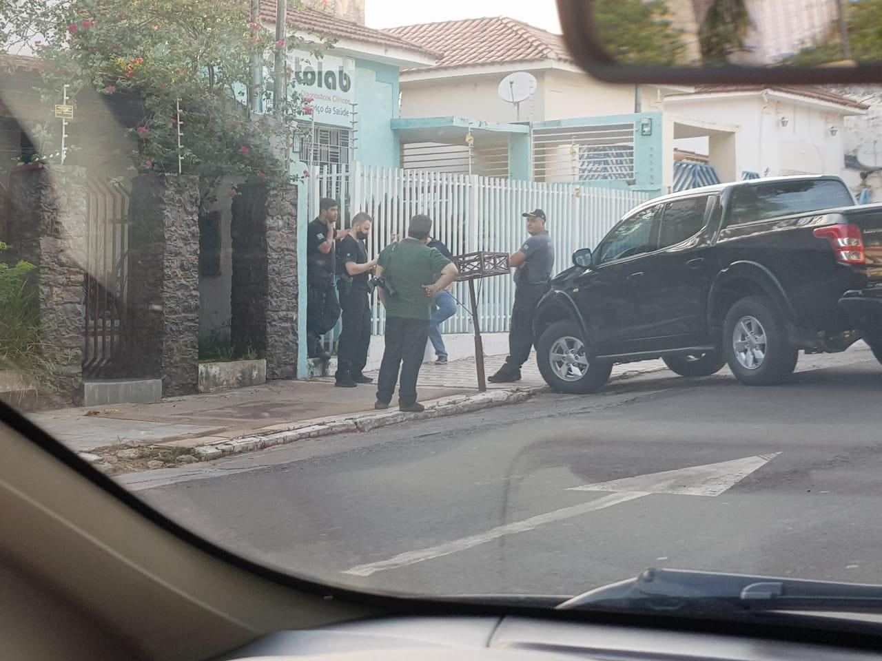 PF em frente a Citolab do prefeito Marcelo Iunes