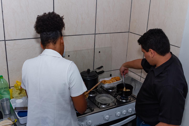 Casal prepara o pastel, que garantem ter recheio exclusivo na Capital
