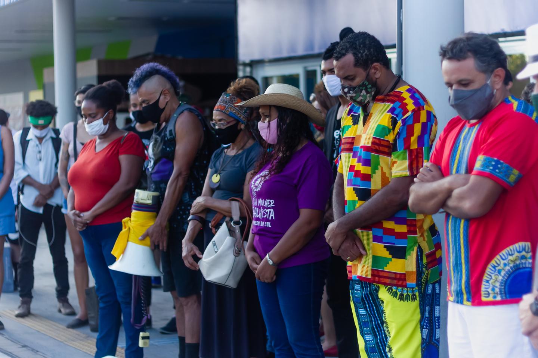 Manifestantes dedicaram 1 minuto de silencia aos familiares de João