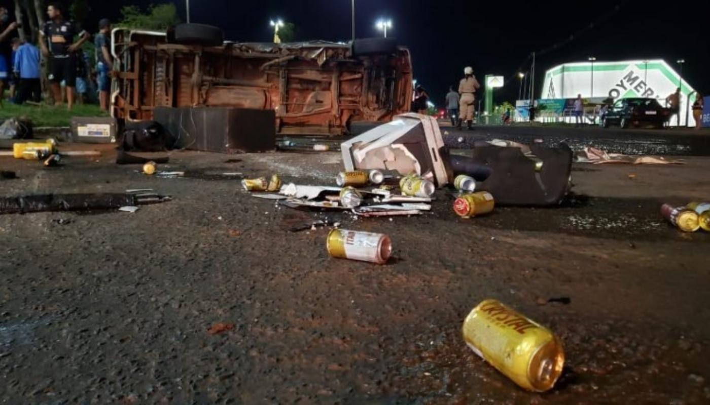 Latas de cerveja foram encontradas ao lado de caminhonete