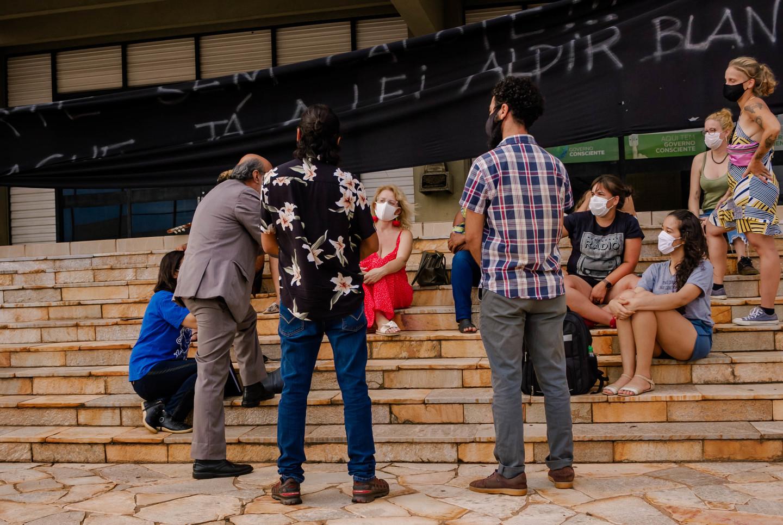 Artístas em reunião com advogado do Fesc, em frente ao prédio da Fundação de Cultura de MS