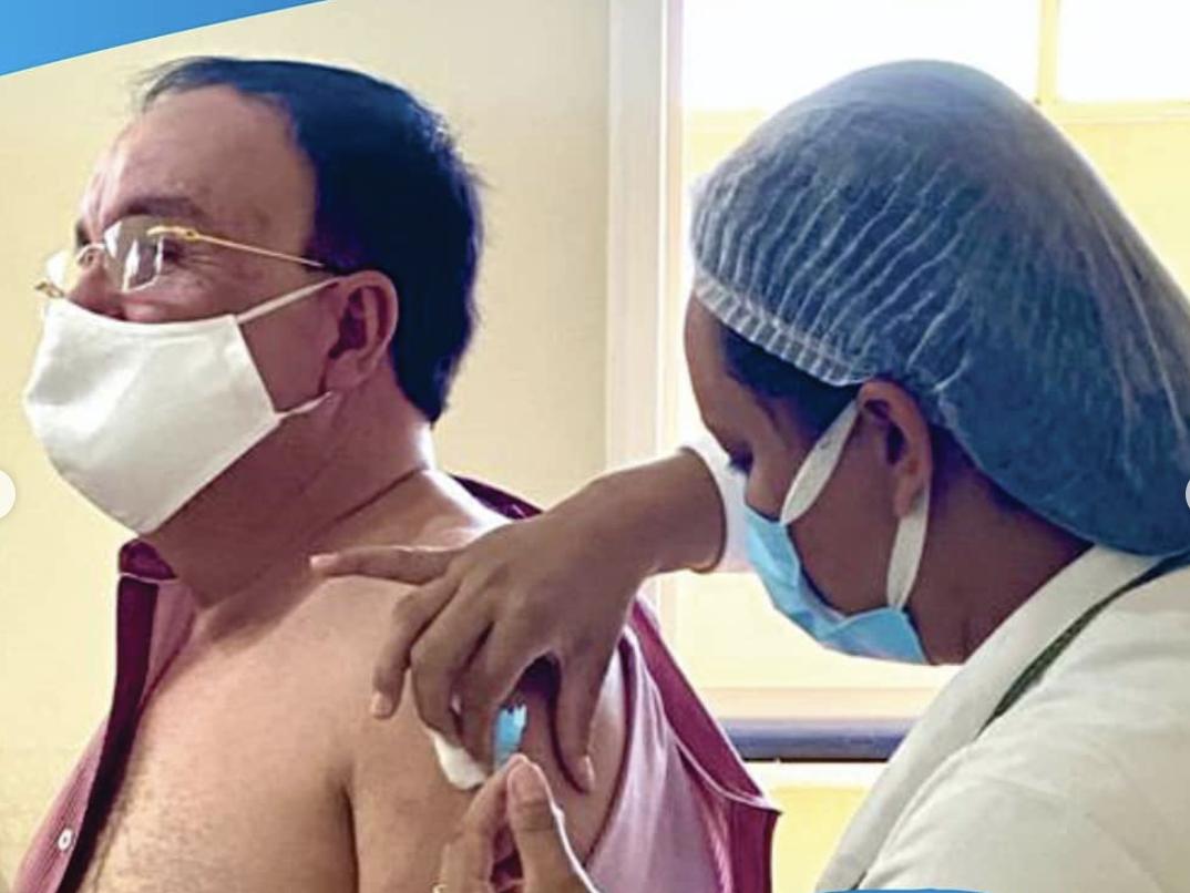 Enfermeira aplica vacina contra a covid-19 no prefeito Reginaldo Martins Prado - PSD - em Candiba  - BA