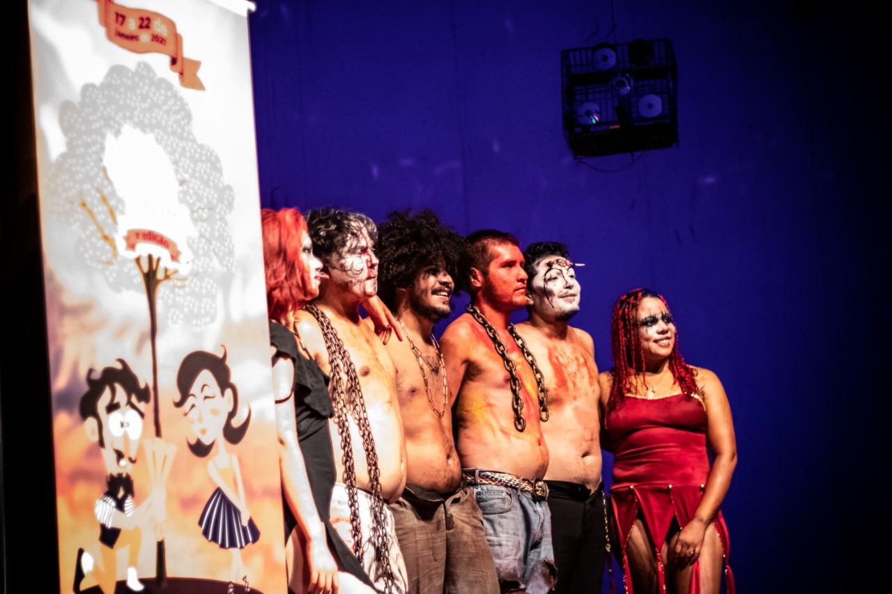 Elenco do Falta Um, após apresentação do espetáculo Cérebro Edgar, no 1º Premio Campo Grande ao Teatro
