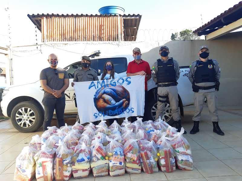 Amigos Solidáraios entregam cestas