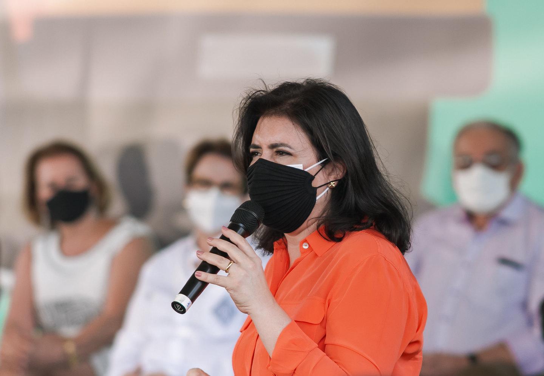 No dia Internacional da Mulher, senadora estava em evento de entrega de ônibus com a deputada, passada para trás por Paulo Corrêa