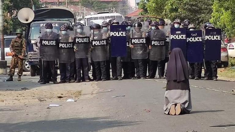 Freira em Mianmar implora à polícia para poupar manifestantes.