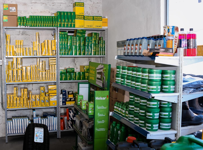 Variados produtos expostos em área do estebelecimento