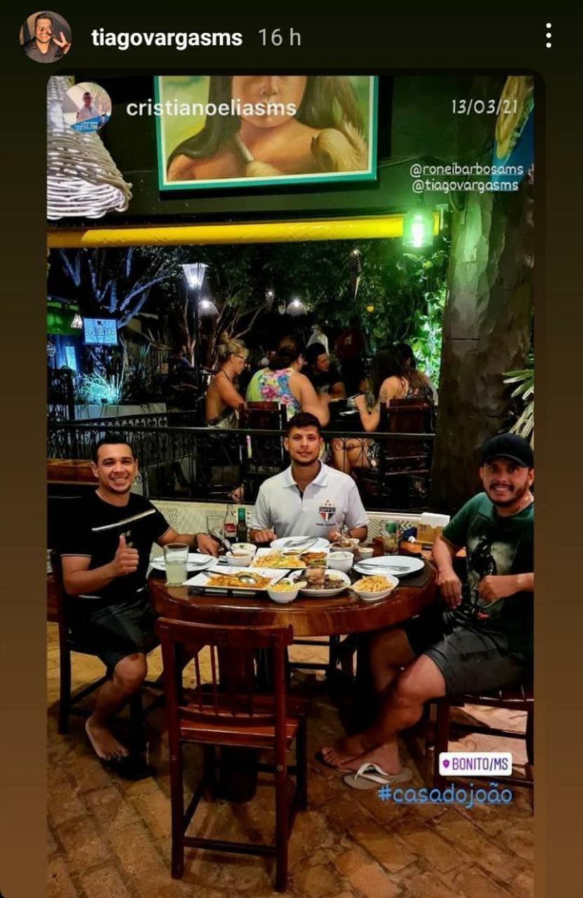 Parlamentar jantando em Bonito (MS) ao lado de seu assessor parlamentar direto, Cristiano Elias