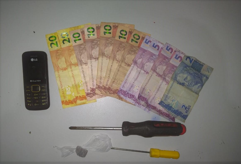"""Condutor sem CNH não portava documentos, levava um """"trouxinha"""" de maconha e mais de R$110"""