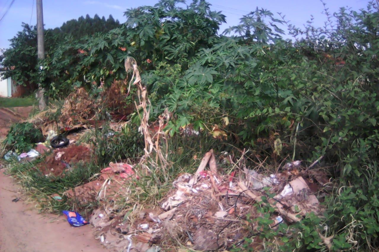 Terreno entrege pela Emha estava assim, no local deveria existir uma casa no valor de pouco mais de R$ 35 mil, mas haviam apenas entulhos