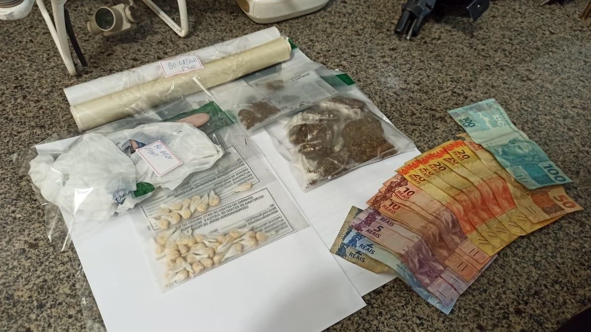 Drogas e dinheiro apreendido no local
