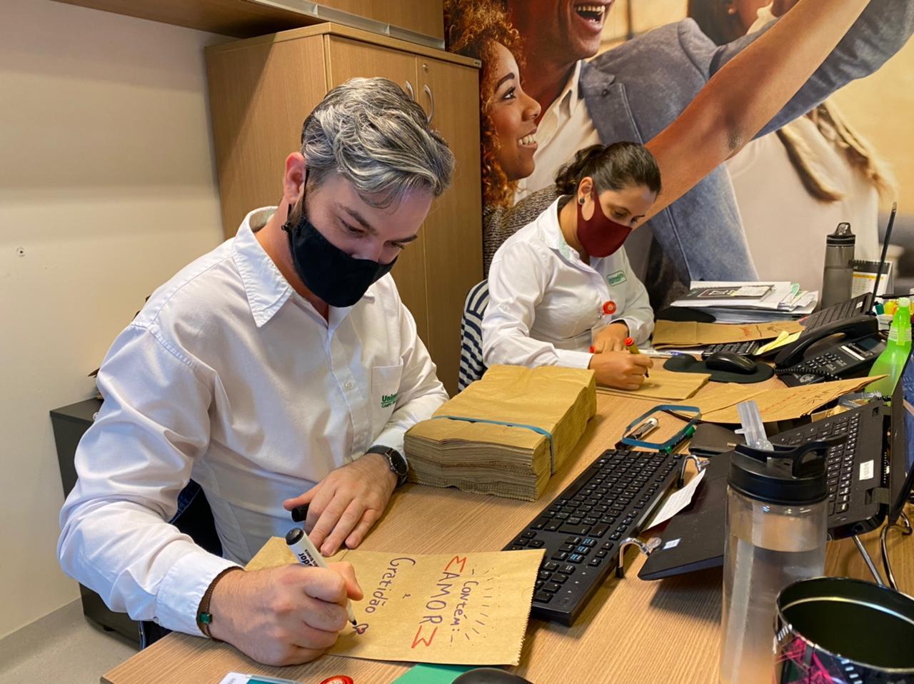 Funcionários do setor escreveram a mão mais de 470 mensagens para médicos
