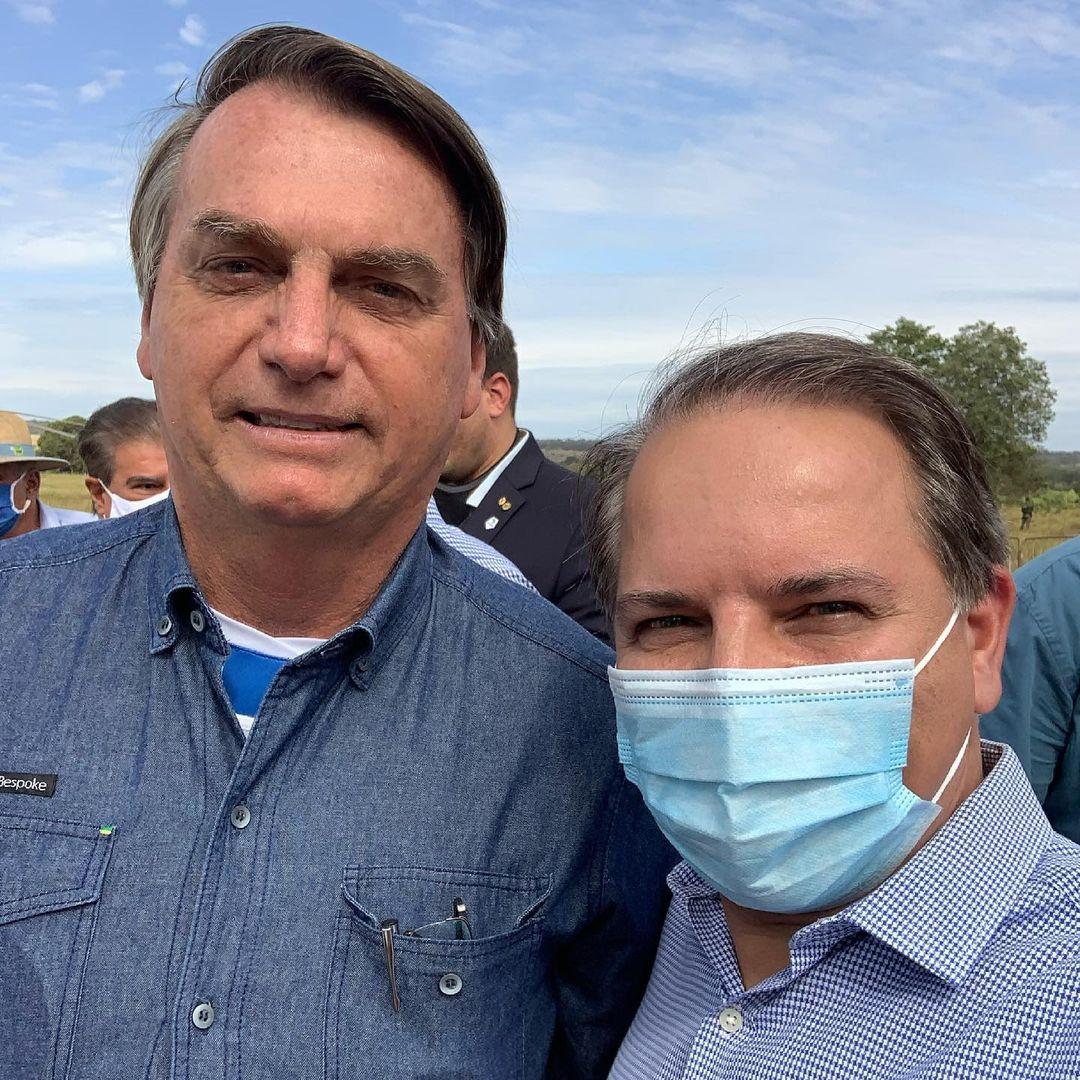 O deputado postou essa foto ao lado do presidente em sua visita, apesar de estar com máscara aqui, numa outra imagem no mesmo post em meio a várias pessoas, David está sem máscara.