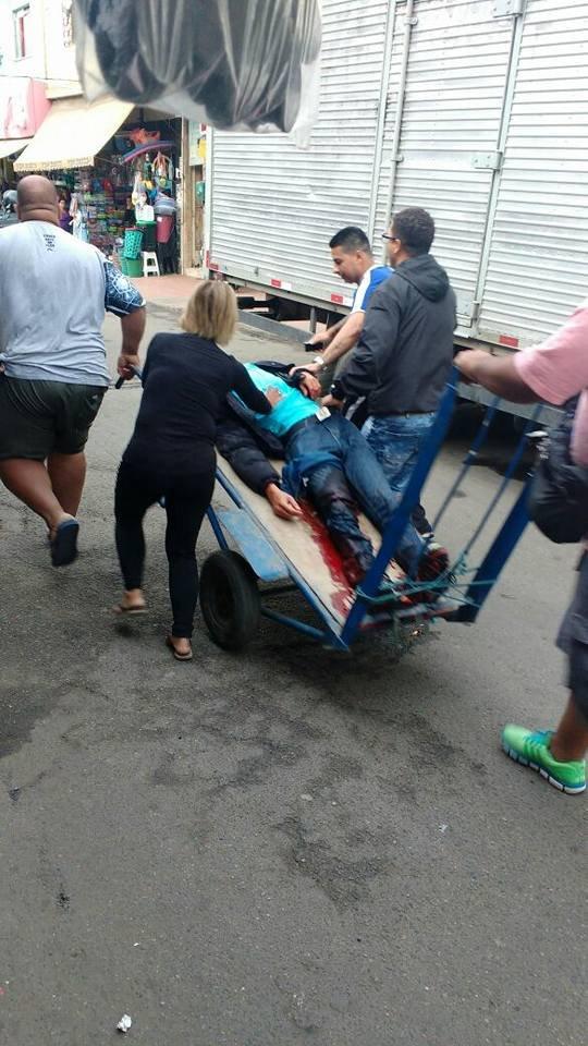 Homem ferido na perna durante a operação da polícia na comunidade carioca.