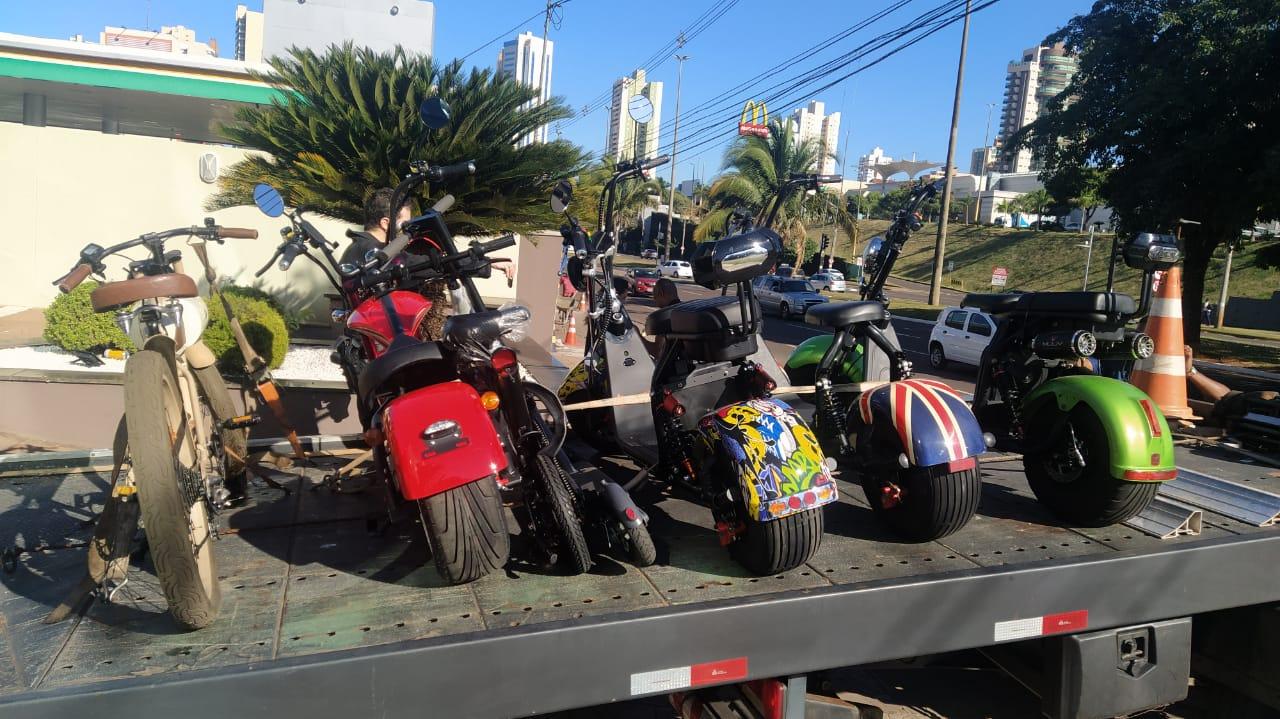 Motocicicletas e bicicletas elétricas que custam cada de R$ 7,9 a R$ 9 mil.