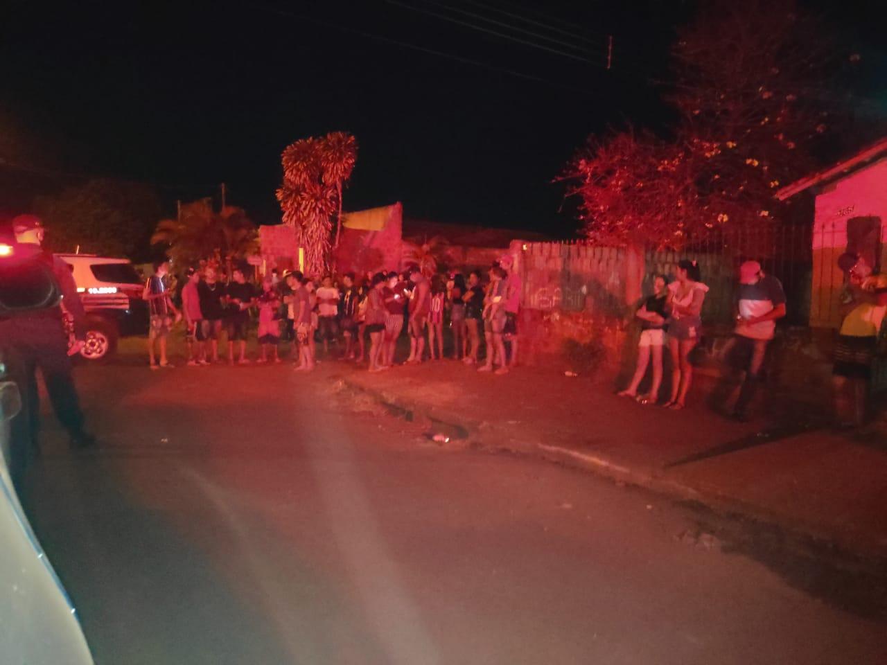 Revoltados populares prometem queimar a casa do acusado (Imagem: Adilson Domingos)
