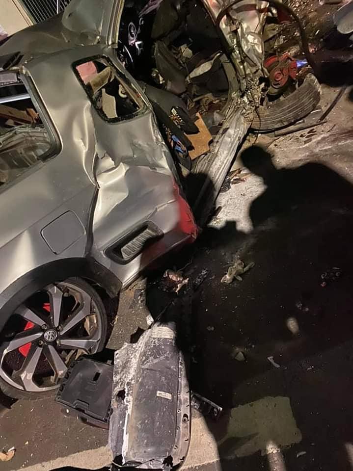 Carro ficou destruído, mostram imagens feitas no momento do acidente.