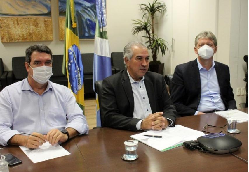 Governador Reinaldo Azambuja com os secretários Eduardo Riedel e Jaime Verruck.