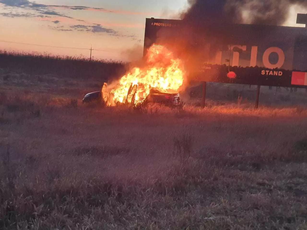 Carro equanto era consumido pelo fogo.