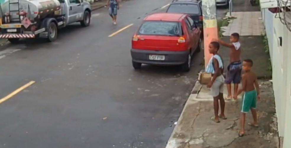 Última imagem dos meninos, feita na Rua Malopia, perto da feira de Areia Branca  Foto: Reprodução