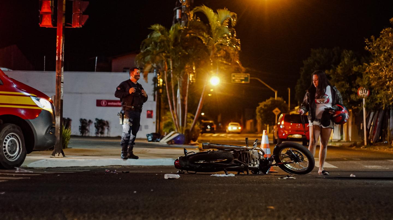 Moto caída no cruzamento da Avenida Julio de Castilho com Yokoama.