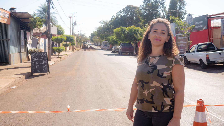 Esta é Patrícia de Menezes, comerciante que celebrou o fim do transtorno de esgoto escorrendo na rua e agradeceu a reportagem.