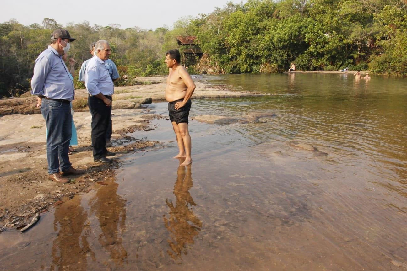 Governador Reinaldo Azambuja e o secretário de Infraestrutura, Eduardo Riedel, em visita a um dos pontos turísticos de Rio Verde. Foto: Chico Ribeiro