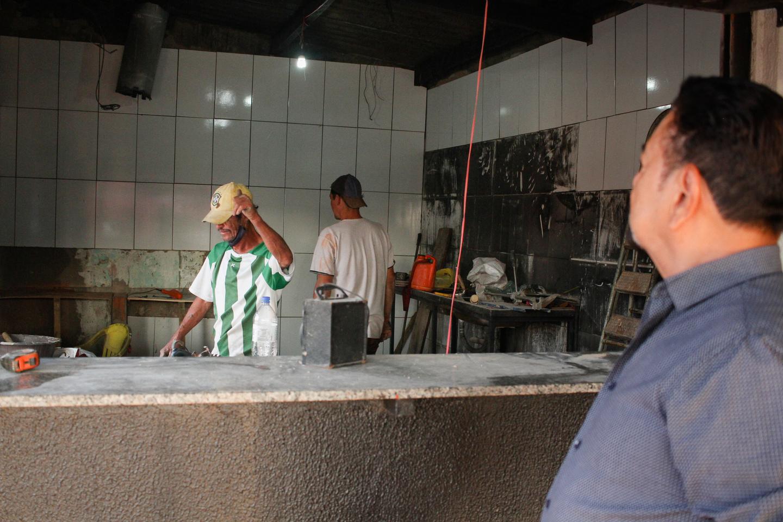 Patrício observa o andamento das restauração em no início de setembro. Foto: Tero Queiroz   MS Notícias