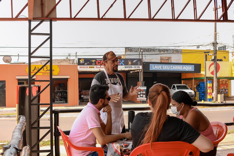 Patrício atende clientela depois de o restaurante reinaugurado. Foto: Tero Queiroz   MS Notícias