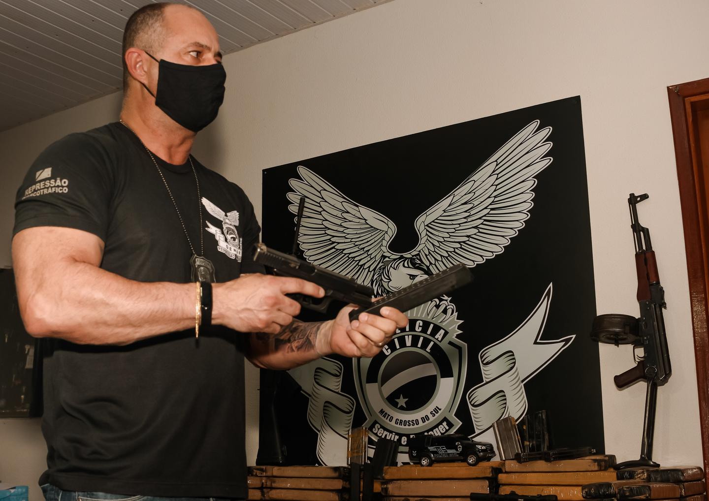 Delegado detalha a periculosidade do armamento nas mãos de criminosos. Foto: Tero Queiroz