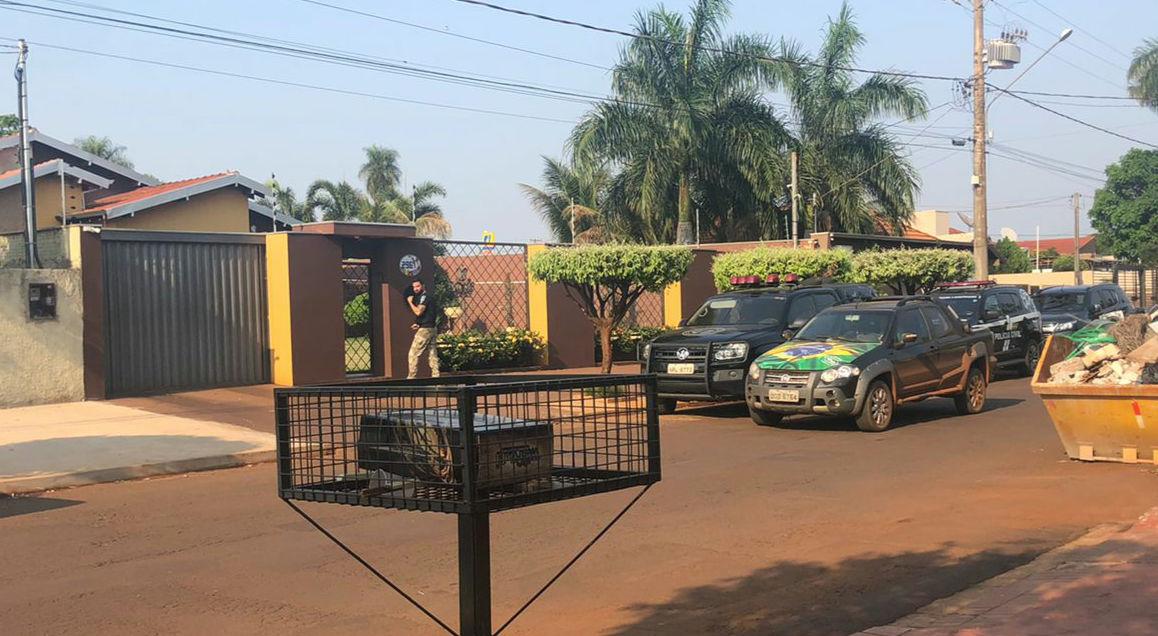 Dracco em frente a casa de Maurílio Azambuja, nesta quarta (22.set). Foto: Reprodução