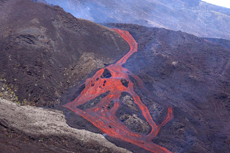 Lava escorre durante uma erupção do vulcão Piton de Fournaise, na ilha francesa de Reunião, no Índico.