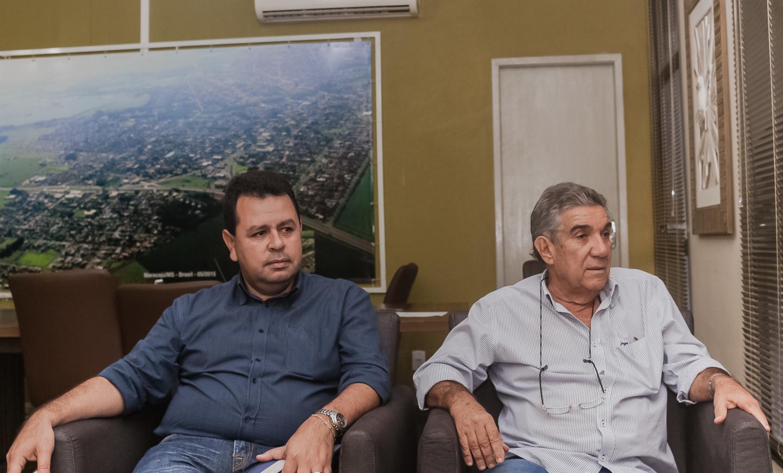Maurílio em seu gabinete de prefeito de Maracaju, ao lado (E) está Lenílson, então secretário de Finanças. Foto: Tero Queiroz