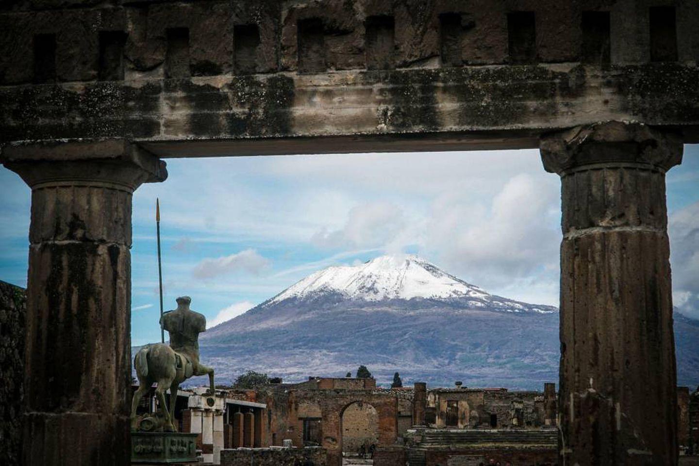 O monte Vesúvio coberto de neve, numa foto tirada das ruínas arqueológicas de Pompeia, perto de Nápoles (Itália).