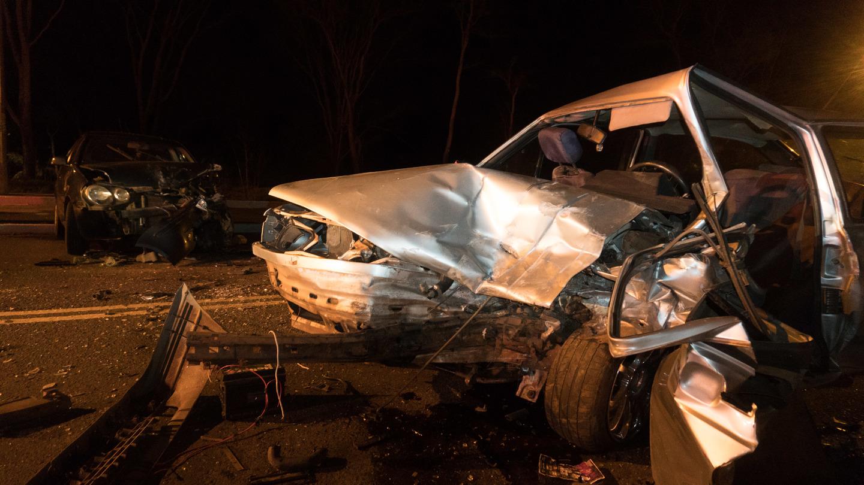 Colisão entre veículos em curva deixa um morto e carros